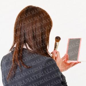 「メイクしている就活生01」の女子向け無料素材
